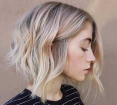 Swooning over this cool blonde tone hairstyle that has some *major* warm weather vibes., Swooning over this cool blonde tone coiffure that has some *main* heat climate vibes. Swooning over this cool blonde tone coiffure that has some *main. Short Hair Cuts, Short Hair Styles, Short Hair With Waves, Bob With Waves, Styling Short Hair Bob, Lob Styling, Styling Tools, A Line Haircut, Haircut Bob