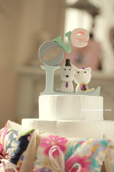 cat and dog with LOVE sign letters Wedding Cake Topper #handmadecaketopper #weddingideas #customcaketopper #unique #kitten #puppy #kitty #pet #animalscaketopper #cakedecor #weddingcake #weddingthings #ceremony #claydoll #pastel #kikuikestudio #gift #Hochzeit #Boda #marriage #結婚式