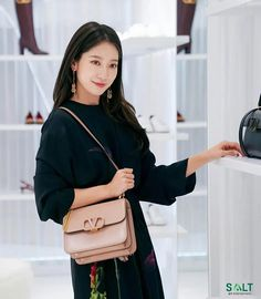 Park Shin Hye Attends Valentino Event in Seoul Decked Out Head to Toe in Brand Fall Styles | A Koala's Playground Leather Bag Design, All Black Looks, Valentino Bags, Park Shin Hye, Black Pantyhose, Head To Toe, Lee Min Ho, Wearing Black, Her Hair
