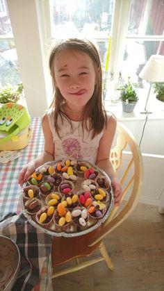 Påsk godis och mys pyssel med min fina tjej  Lättgjort med cornflakes/andra flingor, smält choklad och småbrödsformar...  Till påsk ett fågelbo med godis ägg