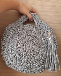 Mais uma dela, só pq eu tô apaixonada. #crochet #crochê #croche #bolsas #bolsa #bolsademao #bolsadecroche #bolsadefiodemalha #clutch…