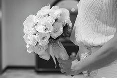 Este buquê é criação de A Roseira, feito especialmente para noiva Adriana. Veja tudo sobre o casamento no EuAmoCasamento.com! Foto de V Rebel Cinema One. #euamocasamento #NoivasRio