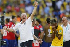 . Belo Horizonte (Brazil), 28/06/2014.- Brazil's Neymar (L) and head coach Luiz Felipe Scolari (R) react after the FIFA World Cup 2014 round of 16 match between Brazil and Chile at the Estadio Mineira | Neymar en duda para el choque ante Colombia - Yahoo Deportes