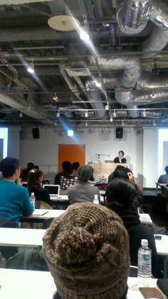 【イベント中継】北田能士さんが「ファッション業界は3Dプリンターにかなり興味があるようです。昔はプリントできるのは樹脂だけでしたが、今は柔軟性のある素材や、溶液につけると溶ける素材もあります」といった話をしています。