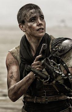 Una irreconocible #CharlizeTheron encarna a Imperator Furiosa en #MadMax: Furia en la Carretera. ¡No te la puedes perder! ¡Ya en cines!