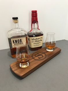 Monogrammed 2 Glencairn Glass Serving Tray Set - Solid Walnut - Whisky Whiskey Bourbon Scotch Flight - Bourbon Lover Gift - Gift for Him Whisky Tasting, Wine Tasting, Bourbon Whiskey, Scotch Whisky, Whiskey Wednesday, Color Streaks, Tasting Table, Cut Glass, Gift For Lover