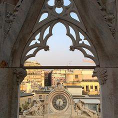 Un petit aperçu de ce qu'on voit du Duomo de #Milan, un des seuls endroits que j'ai vraiment appréciés dans cette ville d' #Italie. La vue au coucher du soleil est idéale, mais arrivez assez tôt pour en profiter, car la plateforme ferme tôt et il y a beaucoup beaucoup de monde - Instagram by moimessouliers