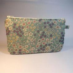 Trousse pochette plate tissu frou-frou à fond bleu imprimé fleurs