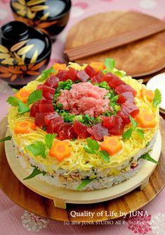 見た目に華やかな「押し寿司」、作ってみたいけどなんだかハードルが高そう…そんな声が聞こえてきそうですね。巻き寿司やちらし寿司はともかく、押し寿司は専用の道具が必要で一般家庭で作るのは難しいのでは?と思っている人へ。押し寿司はご家庭にあるもので簡単に作れますよ。
