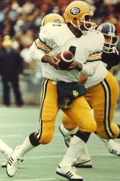 Before playing in The NFL Warren Moon played in The CFL for the Edmonton Eskimos Canadian Football League, Nfl Football Players, Raiders Football, Football Gif, School Football, National Football League, Football Cards, American Football, Nfl Facts
