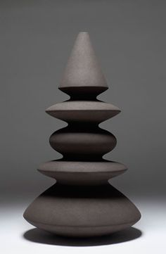 Turi Heisselberg Pedersen Forme de x 55 cm 2009 Galerie Maria Lund Ceramic Clay, Ceramic Vase, Ceramic Pottery, Abstract Sculpture, Sculpture Art, Paperclay, Pottery Designs, Art Object, Wood Turning