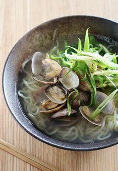 シンプルであっさりとしたラーメンです。 仕上げに加える花椒とごま油が香ります。 Japanese Side Dish, Japanese Soup, Japanese Noodles, Asian Recipes, Gourmet Recipes, Cooking Recipes, Tasty Dishes, Food Dishes, Asian Soup