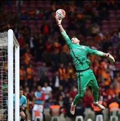 World Football, Football Soccer, Soccer Poses, Crazy Wallpaper, Marc Andre, Sports Art, Goalkeeper, Soccer Players, Fc Barcelona