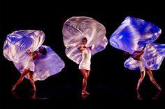 Une invitation à un voyage surréaliste et réjouissant où sont convoqués danse, jeux d'illusions et poésie....