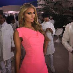 545c8a58bbc  ParisHilton looking like a Barbie in  BlackHalo The Classic Jackie O Paris  Hilton Hair