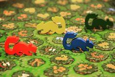 Sugar Gliders são pequenos marsupiais que são capazes de planar no ar. Esses animais vivem em grandes florestas e pulam de galho em galho buscando os alimentos mais saborosos na floresta.  Tente descobrir o que seus oponentes estão pensando bloqueie seus caminhos e roube os alimentos bem debaixo de seus narizes. Mas não será tão fácil. Às vezes você terá que entrar em torpor para recuperar suas forças e surpreender seus oponentes no próximo turno! #DeliDaPersy #boardgame #jogodetabuleiro…