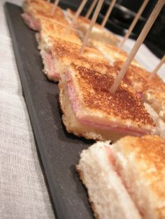 Mini croque monsieur - C gourmet secrets - Very simple and always pleasing, little idea for an aperitif … Level: easy Ingredients: slices of - Brunch Buffet, Food Tags, Snacks Für Party, Finger Foods, Good Food, Food And Drink, Stuffed Peppers, Pain, Cooking
