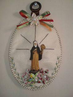 Enfeite+religioso+Santa+Clara+em+feltro+com+forrobel,+imagem+em+resina.+Pode+ser+colocado+na+parede+ou+porta. R$ 18,40