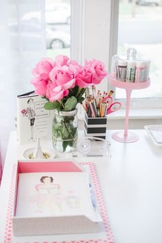 http://vivendovivi.blogspot.com.br/search/label/decor Pretty Workspace | Home Office Details | Ideas for #homeoffice | Interior Design | Decoration | Organization | Architecture | White Desk | home, pink & white, girly
