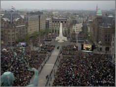 May 4th, 20.00 hours the Dutch come together to memorize those that gave their lives during WWII, the persecuted and those participating in peace missions abroad. For two minutes the life of the Dutch comes to a standstill. An unbelievable emotional experience for so many.