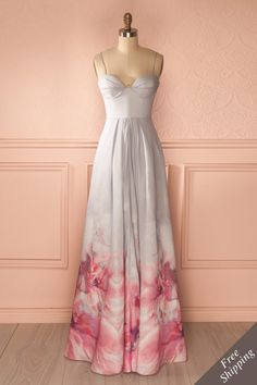 Tous ses proches, parents et amis, étaient tournés vers elle, la regardant descendre l'allée.    All her close relations, family and friens, were turned towards her, looking at her walking down the aisle. Grey maxi dress with pink floral print www.1861.ca