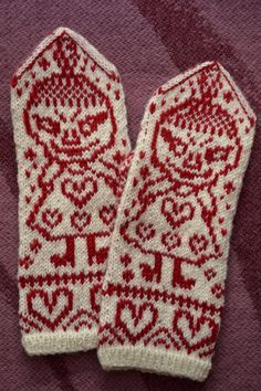 KARDEMUMMAN TALO Knitted Mittens Pattern, Knit Mittens, Knitting Socks, Free Knitting, Knitting Patterns, Little My Moomin, Norwegian Knitting, Wrist Warmers, Knit Crochet