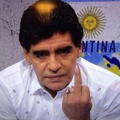 Maradona rebate cartola argentino e mostra dedo do meio