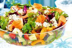 Iloisen värinen marinoitu vuohenjuustosalaatti