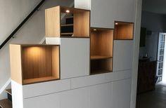 Meuble escalier à Lasne en mdf laqué blanc avec niche en chêne