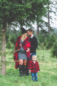 to Wear to a Maternity Photography Session Canadian Christmas tree farm family photos by Studio 1079 Winter Maternity Pictures, Winter Family Photos, Fall Family Photo Outfits, Family Christmas Pictures, Picture Outfits, Winter Pregnancy Photos, Maternity Winter, Maternity Christmas Pictures, Maternity Pics