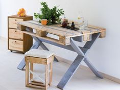 Break Down a Pallet the Easy way for Wood Projects - Woodworking Finest Wooden Pallet Projects, Wooden Pallet Furniture, Pallet Crafts, Wooden Pallets, Rustic Furniture, Palette Bed, Palette Table, Palette Furniture, Build A Dog House