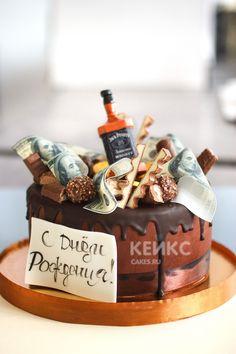 Торт мужчине с шоколадным кремом и шоколадной глазурью. Сверху украшен конфетами, бутылкой виски и съедобными деньгами #тортмужу #тортмужчине #торт