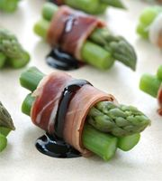 I wonder if there's a halal alternative to prosciutto with a similar kind of smokwy cure. Asparagus and Prosciutto Bites with Reduced Balsamic Recipe by Paul Hegeman Snacks Für Party, Appetizers For Party, Appetizer Recipes, Canapes Recipes, Think Food, Love Food, Fingerfood Party, Cuisine Diverse, Appetisers