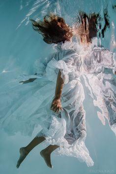 Photo by Elena Kalis { Retratos bajo el agua: más fotos en el blog - Underwater portraits: more pics in the blog }