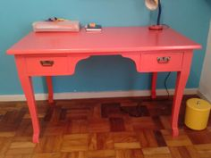Escrivaninha antiga vira escrivaninha vintage.
