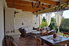 Tornácos ház, kerekes kút, vidéki idill – Házból Otthont Cottage Homes, Traditional House, Farmhouse, House Design, Colours, Patio, Country, Outdoor Decor, Inspiration