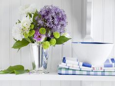 fresh spring  ~  un bouquet de fleurs blanches et lilas sur la table