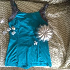Lululemon teal tank size 4 Great color, here comes spring! This great little tank has a pocket with adaptations for hidden earbuds. Gently used, needs a good home! Who doesn't love teal AND Lululemon?!?! lululemon athletica Tops Tank Tops