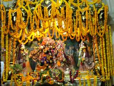 #magiaswiat #podróż #zwiedzanie #vrindavan #blog #azja #zabytki #swiatynia #indie #miasto #aszram #ganges #iscon #krishna Indie, Krishna, Wreaths, Fall, Blog, Home Decor, Autumn, Decoration Home, Door Wreaths