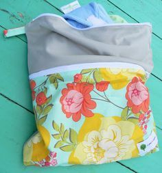 Sew A Bag Cloth Diaper Wet/Dry Bag {Tutorial} DIY Finally a how-to with 2 compartments, double zipper! Cloth Nappies, Cloth Pads, Baby Sewing Projects, Sewing Projects For Beginners, Wet Bag Tutorials, Diy Sac, New Baby Products, Barn, Baby Gear