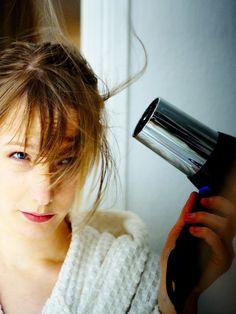 Wir verraten euch 5 Tipps, wie ihr eure Haare beim Föhnen nicht kaputt macht.