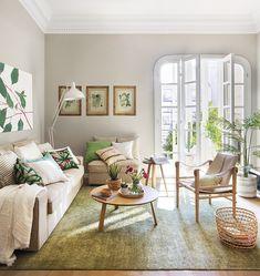 00456780 (1). Salón con sofá beige y alfombra verde decorado con láminas y cuadros botánicos 00456780 (1)