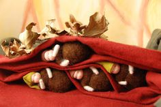 De wortelkindjes zijn lekker in slaap. Zij wachten rustig tot Moeder Aarde hen weer wekt in de lente.  Poppenatelier Severine: Jaartafel