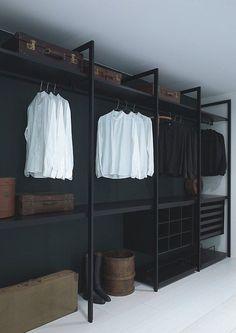 Se você deseja ter uma linguagem mais industrial sem perder a sofisticação típica de um closet, aposte em materiais mais brutos, como o metal, e em cores mais escuras, como o preto.