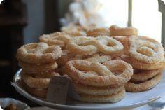 Sukkerkringlerne hos bageren i Den Gamle By Nu da jeg var i Århus, var vi også i Den Gamle By. I den gamle by, ligger en bager, som bager kager som vor mormor kendte dem. Vi var inde og handle lidt…