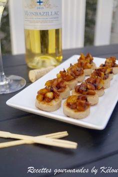 """Tranches de boudin blanc sautées à la poêle et recouvertes de dés de pommes caramélisés à servir pour l'apéritif en guise de """"mise en bouche"""""""