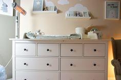 IKEA Hemnes als Wickelkommode mit Wickelaufsatz und Wickelauflage Baby Time, Baby Room, Dresser, Table, Furniture, Home Decor, Chloe, Life Hacks, Nursery