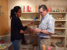 Visita de ATB al Show room de Creaciones Anykar ... Karel es entrevistado or Noelia de ATB referente a Velas!