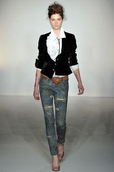Lo amo! La simpleza del jeans y la elegancia de la chaqueta de terciopelo!    Vivienne Westwood