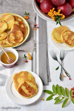 Placki z jabłkami są pyszne, puszyste, miękkie i leciutkie. Jabłka pokrojone w cienkie plasterki po smażeniu zrobią się mięciutkie i słodki...